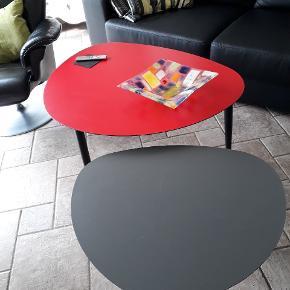 Borde fra idé møbler Mål rødt bord: 90 X 74 ca. Mål gråt bord: 64 x 55 ca.