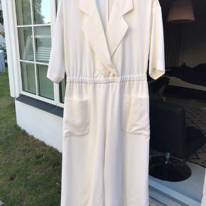 Smuk hvid buksedragt, aldrig brugt Ny pris 2900kr Str s
