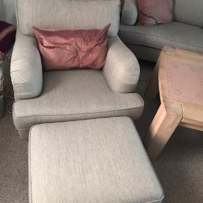 Fin lyse grå sofa gruppe. Er i fin stand, fra ikke ryger hjem, og ingen husdyr   Spørg om målene   Skal afhentes i Hvalsø, da jeg sælger for mine forældre   OBS dervise pynte ting med følger ikke