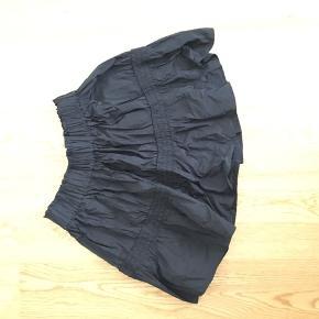 Kort nederdel fra ZARA, brugt få gange.   Sendes med DAO eller afhentes på Frederiksberg.