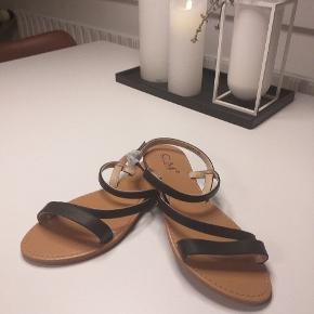 Klassisk sandal med lille hæl - aldrig brugt