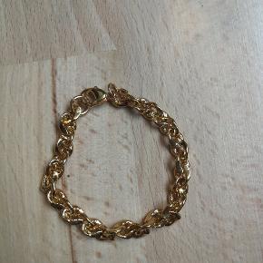 Virkelig fint guldbelagt armbånd. Det måler 17 cm