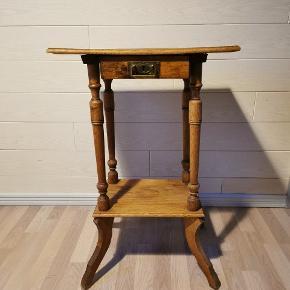 Super fin lille antik bord, har brugsspor men er IKKE i stykker. Den er 78cm høj Sendes IKKE