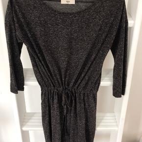 Lækker basic kjole fra envii  Byd endelig! 😊 Køb flere ting, så deler vi gerne fragten 🥳