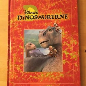Sælger den bog. Disney's Dinosaurerne. Handling: En dag lander et mærkelig æg på Lemur øen. Da skallen revner, viser det sig at være et dinosauræg. En lemurfamilie beslutter at tage ungen til sig og opdrage den som en af deres egne. En aften rammer en gigantisk meteor Jorden, og Aladar og hans lemurfamilie må flygte til fastlandet, hvor de snart møder em stor flok dinosaurer. Plaget af tørst og tæt forfulgt af sultne carnotaurer tilslutter Aladar sig flokken, og sammen begiver de sig ud på en lang og udmattende vandring mod Ynglepladsen.  Flot og velholdt bog med flotte illustrationer, næsten som ny. Kommer fra et ikke ryger hjem, kan afhentes i 2990 Nivå eller sendes mod betaling.