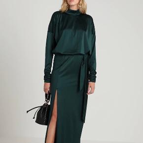 Lang kjole med slids foran og høj hals. Lidt shiny i stoffet.  Virkelig elegant og klassisk.  Brugt to gange. Bytter ikke.