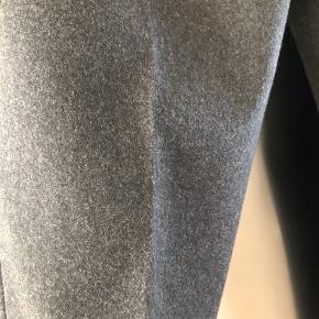 Flotte og elegante uldne bukser m fast opslag forneden. Foret på forsiden af bukseben. Stiklommer og læg foran. Liv ca 2x 39 cm. Indv benlængde ca 71 cm. Passer meget fint til støvletter. Str svarende. Bytter ikke