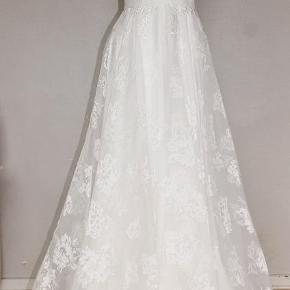 Brand: Jádore Varetype: Ubrugt gallakjole, festkjole eller brudekjole Farve: Ivory Oprindelig købspris: 2895 kr.  Gallakjole, brudekjole eller måske bare festkjole......denne kjole kan bruges til mange anledninger.  Min datter købte denne, men har så i stedet valgt en anden, så nu skal denne videre i stedet for at hænge på en bøjle i sin pose......  Kjolen kommer fra Jádore. Modellen hedder 9053. Det er en størrelse S eller en str. 36 hvis man bruger den europæiske standard.  Brystmålet passer til 86 cm. og taljemålet til 68½ cm.  Den oprindelige pris var 2.895,- kr. og den er som sagt ubrugt, stadig med mærkerne på.  Jeg emailer gerne flere billeder af kjolen, hvis dette ønskes. Du siger bare til.  Prisen er fast.  Jeg sender gerne med GLS - du betaler fragten.