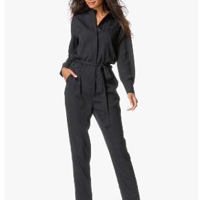 Smuk og velsiddende buksedragt style Hansa fra Malene Birger sælges eller byttes til str 34. Jeg har ikke bindebåndet. Nypris 3999.
