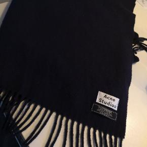 Super flot Acne tørklæde i navy sælges da jeg har forelsket mig i noget andet og ikke får brugt. Pris pp