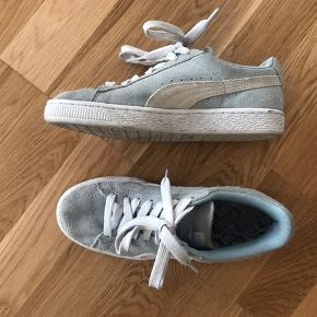 Puma suede sneakers i lyseblå. Ikke brugt særlig mange gange. Kvittering haves ikke.