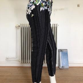 Sælger mine smukke capri bukser fra Phillip Lim. Brugte en del og elsket meget.  Fejler absolut intet.  Lavet af silke og bomuld.  Se mål:  Livvidde: 74 cm Hofte: 94 cm Længde: 87 cm Byttes ikke.
