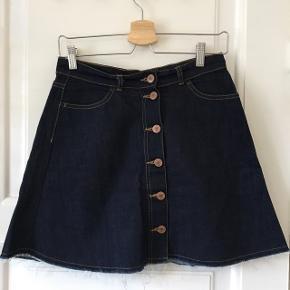 """Fed denim """"button-through"""" nederdel fra monki Str 38  Kan hentes i Aalborg eller sendes med DAO på købers regning :)"""