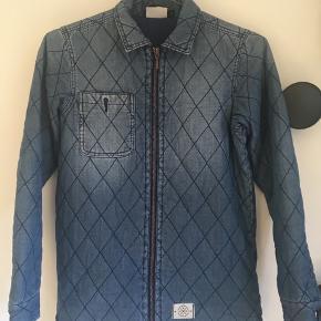 Lækker termo jakke i 100% bomuld i str. 146/152, velegnet til forår og efteråret. Er brugt i 1 sæson, og fejler ikke noget.  Sender gerne :)
