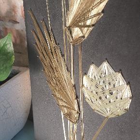 Billede af søm og tråd af blomster og blade i gul og guld, på sort træplade.  61 cm. Høj 21 cm. Bred