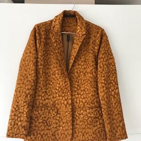 Sejeste blazer fra Y.A.S i leopard jacquard. Aldrig brugt.