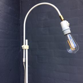 Skøn retro gulvlampe fra Darø i afdæmpet industrielt look. Original hvidlakeret med afbryderknap og diverse brugstegn. Kan justeres i højden fra 45cm til 156cm. Sokkel Ø 26cm og ledning ca. 1,5m. Sælges uden skærm - glødepære kan evt. følge med.   Kan afhentes i Horsens el. vi kan mødes i Aarhus 😊