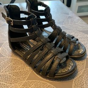 Super fine sandaler fra Miamaja. Brugt meget lidt. Handler helst via mobile pay og sender med DAO på købers regning.