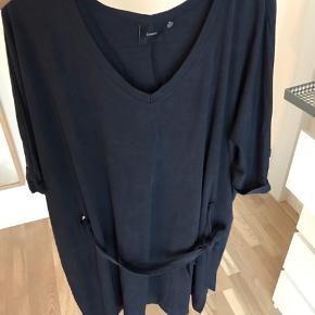 I.scenery kjole str. XL (50/52) med bindebånd i taljen i mørkeblå.