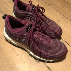 Sælger disse Nike Air Max 97. De er brugt et par gange, men i fin stand.  Bud modtages gerne.  Afhentes i Odense.