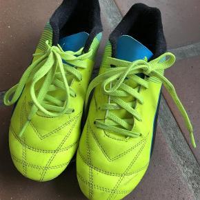 Varetype: Fodboldstøvler Størrelse: 35 Farve: Se Oprindelig købspris: 400 kr.  Med knopper... Så klar til forår   Så fine som nye - handler helst mobilepay og sender med DAO   Indvendigt måler de 22,5