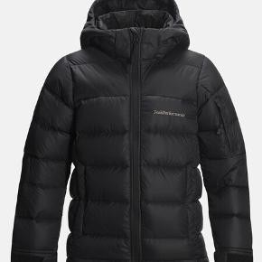 OVERVEJER at sælge min peak performance vinterjakke. Den er i perfekt stand og rigtig dejlig til en kold vinterdag.  OBS: det er en str 160 i børnestørrelser, men svarer til en xs i voksen. BYYYD :)