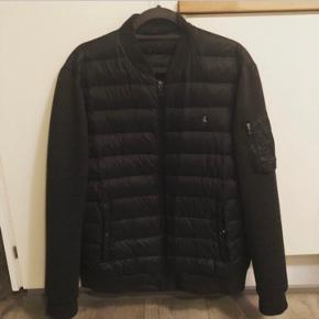 Rigtig fin sommer jakke, kan bruges af nogle som helårs jakke. 😉  Størrelse: M men tænker M/L  Varm trøje lindende ærmer - på rykken og midten dun 😎   Flot og velholdt - fejler intet - få og små brugsskader som i nu kender det på en jakke 😊   Ny pris: 1500-2000