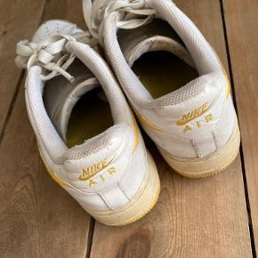 Vi tage sneakers som jeg købte i new York brugte. Nike Air det er slidte og har små huller i Steffen ved hælen indenvendig. Og også slidte udenfor