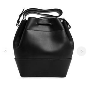Sælger min lædertaske fra Arket, da jeg får den aldrig brugt. Billeder af min egen kommer snarest :)