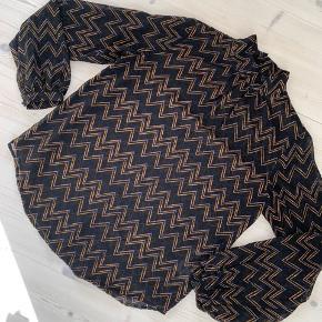 Super fin bluse i helt let stof Bytter ikke