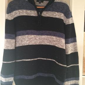 Brugt en gang.  Strik Farve: Grå blå sort Oprindelig købspris: 500 kr.