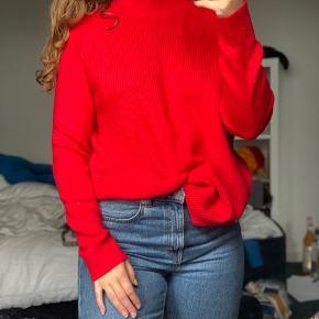 Flot rød sweater sælges fra envii. Den har slids i siderne, og er lidt oversize ☺️