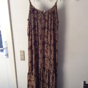 Helt ny kjole, handler kun mobilPay og sender med Dao, Porto 40 kr.