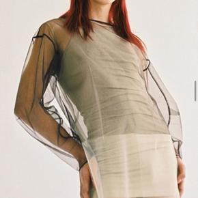 Sælger denne Weekday limited edition kjole, da den desværre kun skulle bruges én gang til et event. Mega fed over et par blå jeans, med en skjorte el. Top inden under, man kan også smide en strik ud over. Den er syet ind i taljen, så den falder flot. Nypris: 599, lavet af silke og bomuld. Byd ✨