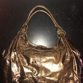Cool little handbag from Accessorize in copper metallic finish. Bought it 10 years ago and used once. A minor damage in the bottom of the purse. Original price 199,-