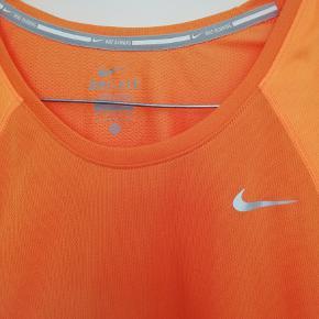 Fin orange t-shirt, der passer perfekt til løb og træning. En farve der vækker opmærksomhed i trafikken.  Se også mine andre annoncer fra Nike, Adidas, Day, Saysky, Newline, Zara og vintage tøj.