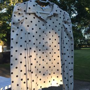 Prikket skjorte i lækker kvalitet. Brugt én gang og er som ny.  Byd gerne!