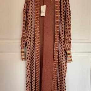 Skøn lang cardigan fra Zara Knit i str S, passer også en M.   Pris 350pp