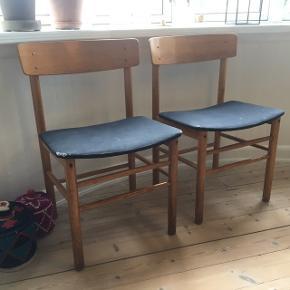 To spisebordsstole. LIGNER Børge Mogensens folkestol. Trænger til at blive ombetrukket, det kan nemt gøres ved at skrue sædet af i bunden af stolene. Derudover trænger de til lidt lim i samlingerne. Sælges samlet for 400 kr. Pr. stk. 250 kr.