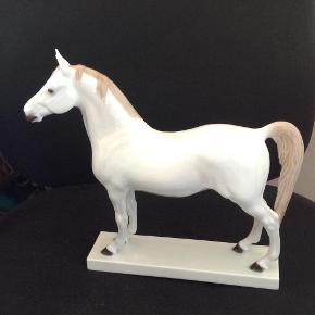 Brand: B&G Varetype: Araber hingst Størrelse: L 27 H 24cm Farve: Hvid  Flot udgået hestefigur 2. Sort.( lille brændingsfejl under soklen ) fast pris 2350kr plus Porto. Har mobilpay og PayPal.