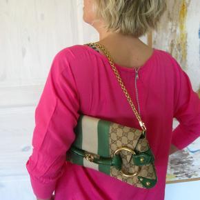 Sælger for veninde, denne eksklusive Guccie taske, GUCCI Monogram Horsebit Web Clutch Green. Brugt men velholdt. Min veninde vil gerne ha 2000kr i hånden for den,  så derfor 2000pp + gebyr handler gerne mobilpay kan evt hentes i Hellerup/ eller Næstved. NP 10000 MÅL: 35x15