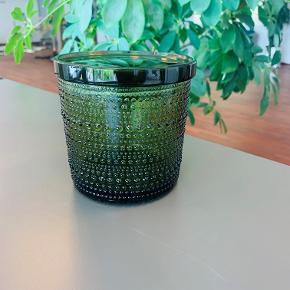 Super fin mosgrøn glaskrukke med låg fra iittala. Højde 11 cm. 3 stk. haves. Prisen er pr. stk. Aftentes i Farum eller Kbh.