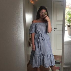 Fin off-shoulder kjole med striber og bindebånd i taljen:)) Prisen er inkl fragt