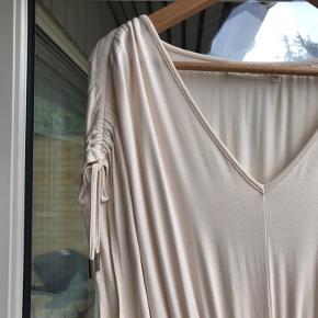 Lækker råhvid kjole fra InWear i blødt tyndt Jersey stof, der er slids i den ene side og elastik i taljen🌸