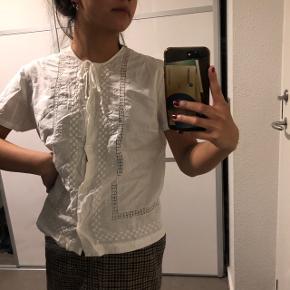 Den fineste bluse - skal lige stryges en gang Str: ukendt, men cirka en xs eller small Prisen er ikke fast, så byd endelig :)