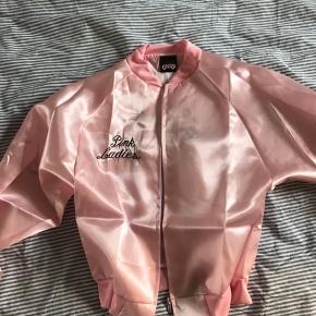 """Jakke fra Grease """"Pink Ladies"""" sælges. Den er brugt en enkel aften.  Jakken er en str small, men det er en stor small. Jeg er normalt en M og jeg passer den fint🤘🏻 Afhentes på min adresse eller sendes på købers regning🌸"""