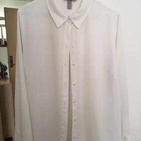 Skjorte fra H&M. 100% polyester.