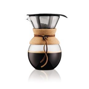 Stand: Aldrig brugt.  Nypris: 349,95 kr.   Pour Over Kaffebrygger med filter fra Bodum.  Jeg har aldrig haft den i brug, kun haft den ude af originalæsken. Jeg sælger helst sættet samlet, men...  Kapacitet: 1 L (svarende til 8 kopper). Materiale: Rustfri stål, plastik, borosilikat glas, silikone & kork.  Byd endelig ☺️