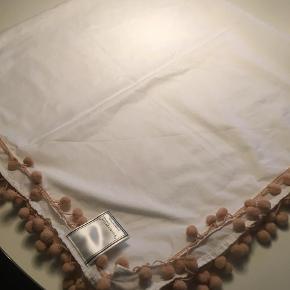 """Varetype: Hvidt tørklæde med nude bomber Størrelse: 94 cm x 102  Farve: Hvid Oprindelig købspris: 299 kr.  Flot Hvidt bomulds  tørklæde med nude farvede  """"bomber """"  rabat v køb af flere ting næsten firkantet str 94 x 102 ca"""