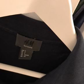Polo, mørkeblå, H&M herreafdelingen, uld og silkeblanding silke, slik, woll. Meget behagelig at have på  Har samme til salg i grøn